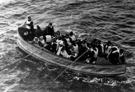 """""""Wikimedia Commons"""" nuotr./Viena iš sulankstomų """"Titaniko"""" gelbėjimosi valčių su išsigelbėjusiais"""