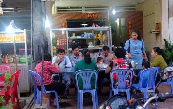 Ievos Bašarovienės nuotr./Vakarienė tradiciniame kambodžietiškame šeimos restoranėlyje
