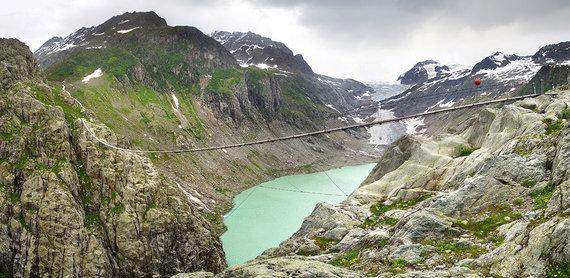 Shutterstock.com nuotr./Trifto kabantis tiltas, Šveicarija