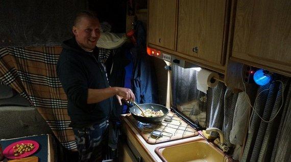 S.Galdikaitės nuotr./Juozas gamina vakarienę savo kemperyje