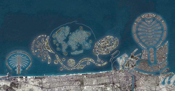"""""""Wikimedia Commons"""" nuotr./Taip turėjo atrodyti galutinis variantas: kairėje yra Džumeiros palmė, dešinėje Deiros palmė, o viduryje World ir Universe sąlynai"""