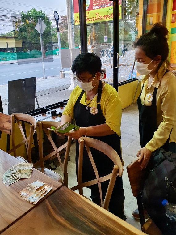 D.Pankevičiaus nuotr./Pinigų už skrydžio bilietus perdavimas vietnamietiškame restorane