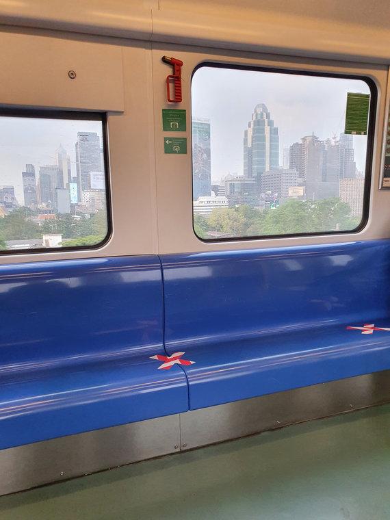 D.Pankevičiaus nuotr./Metro Bankoke. Specialiai pažymėtos neleistinos sėdėti vietos