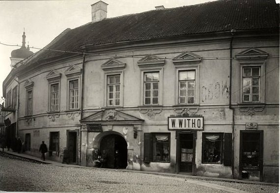 J. Bulhakas, 1937. Kairėje vartų pusėje matosi durys