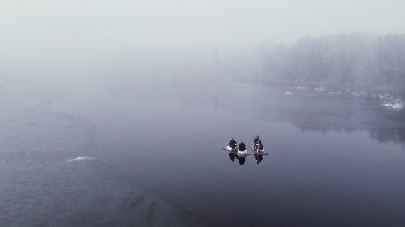 Asm.archyvo nuotr./Su plaustu draugai išplaukė žiemą, ant ledu beužsitraukiančio tvenkinio