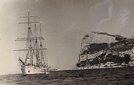 """Nuotr. iš rašytojo J.Pinajevo """"Facebook"""" paskyros/Mokomoji barkentina prie garsiosios Gibraltaro uolos"""