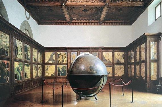 """R. Šlepavičiaus ir knygos """"Sala Delle Carte Geografiche in Palazzo Vecchio"""" nuotr./Sinjorijos aikštėje (Piazza della Signoria) stovintys Senieji rūmai ir šių rūmų Žemėlapių salė, kurioje galima rasti ir Lietuvos žemėlapį"""