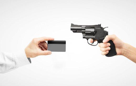 123rf nuotr./Respublikonai tvirtina, kad banko kortelės gali būti tiek pat pavojingos kiek šautuvai