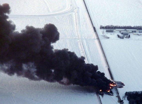 Po traukinių susidūrimo kilęs gaisras