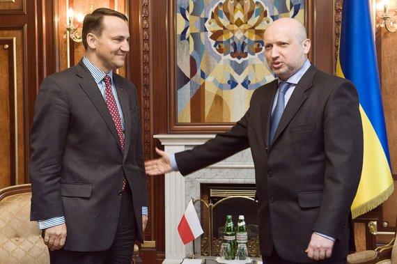 """AFP/""""Scanpix"""" nuotr./Lenkijos užsienio reikalų ministras Radoslawas Sikorskis ir Laikinasis Ukrainos prezidentas Oleksandras Turčynovas"""
