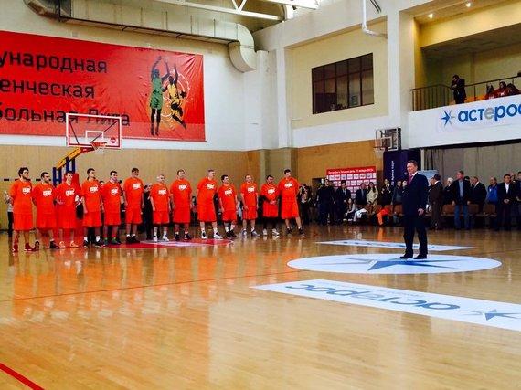 """Nuotr. iš """"Facebook""""/V.Ušackas žaidžia krepšinį Rusijoje"""