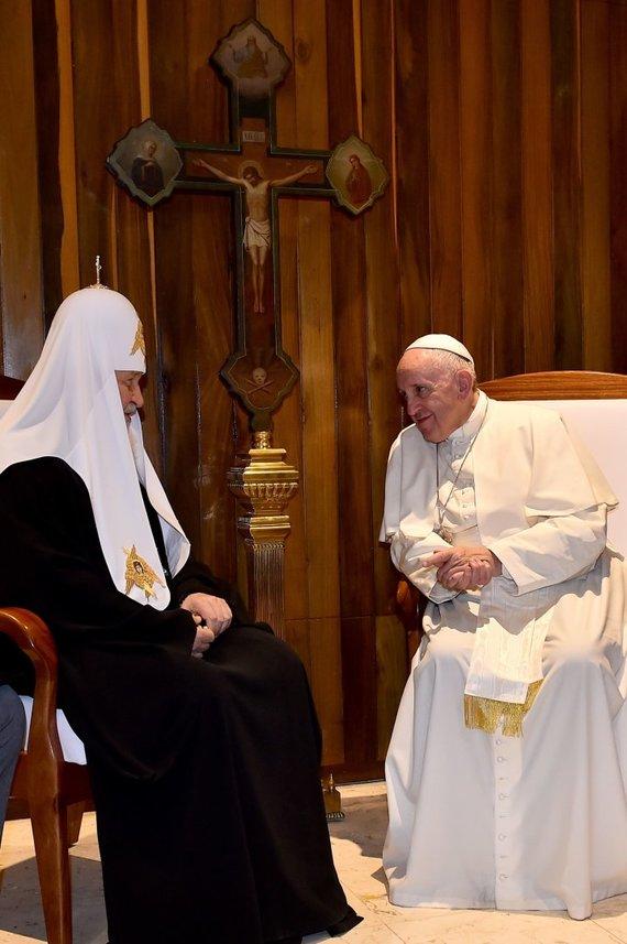"""AFP/""""Scanpix"""" nuotr./Popiežius Pranciškus ir Rusijos Ortodoksų Bažnyčios patriarchas Kirilas"""