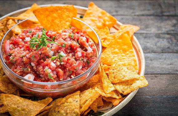 Shutterstock.com nuotr./Načos su salsa padažu
