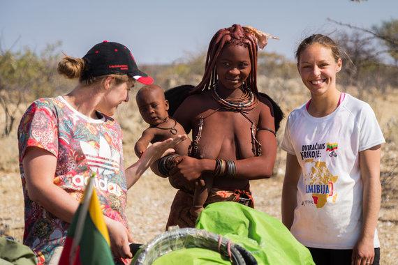 """""""Špikio"""" nuotr./Pakeliui sutikta Himba genties moteris su vaiku"""