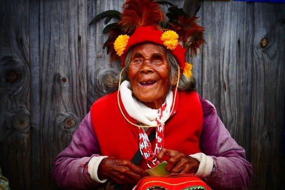 Asm.archyvo nuotr./Filipinai. Moteris tradiciniais drabužiais