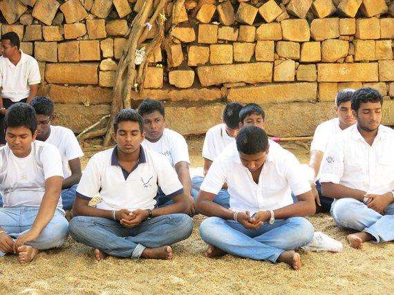 Asm.archyvo nuotr./Šri Lanka. Mokiniai medituoja