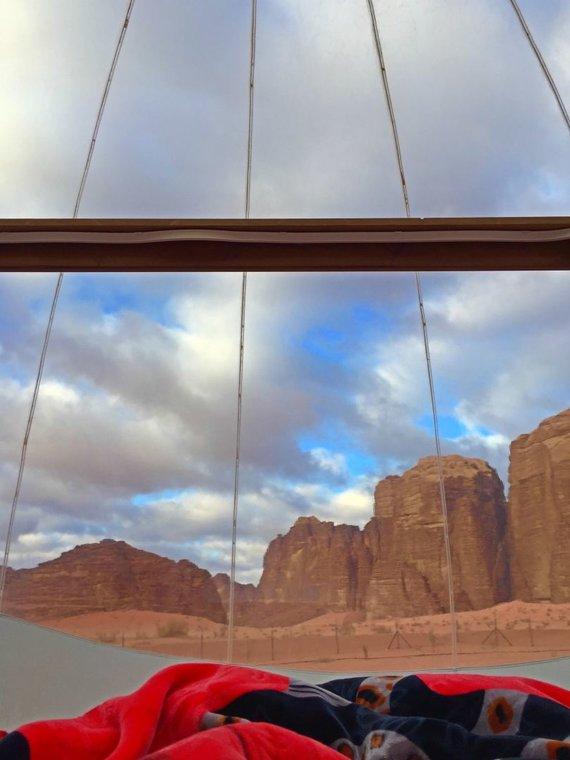 Asm.archyvo nuotr./Vaizdas iš palapinės Wadi Rum dykumos stovyklaviet ėje