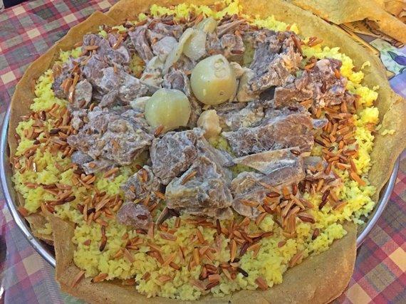 Asm.archyvo nuotr./Rankomis valgomas tradicinis Mansaf