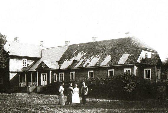 R.Keliuotytės ir A.Kazlausko archyvo nuotr./Romeriai prie senojo gyvenamojo namo