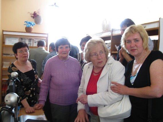 V. Bičiūnaitės ir Martynonių kaimo bibliotekos archyvo nuotr./Antra kairėje – dvaro paveldėtoja Danutė Remeikienė. 2010 m.