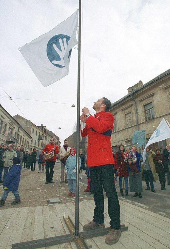 Užupio bendruomenės nuotr./Romas Lileikis kelia vėliavą