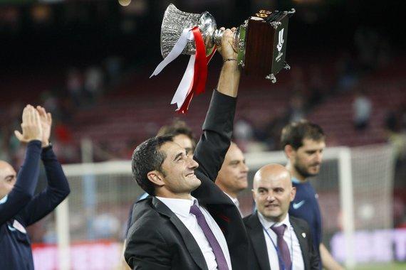 "AFP/""Scanpix"" nuotr./Enesto Valverde su Supertaurės trofėjumi 2015 metais"