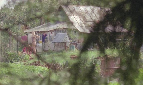 """Kadras iš filmo """"Kolektyviniai sodai"""""""