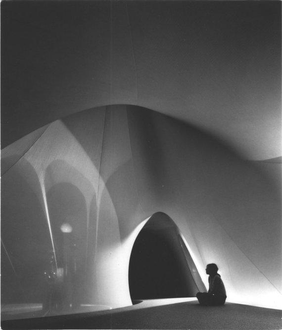 """Ši iliustracija publikuota parodoje """"Transformations in Modern Architecture"""" (liet. """"Modernios architektūros transformacijos"""" ), MoMA, 1979. Skaitmeninio A. Kašubos archyvo, Lietuvos nacionalinis dailės muziejaus nuotr. Nuotraukos originalas saugomas Ale/A.Kašubos projektas """"XX amžiaus aplinka"""", 1973."""