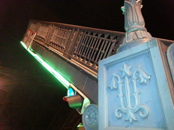 L. Sėlenienės nuotr./Naktį Klaipėdoje buvo pakeltas Biržos tiltas
