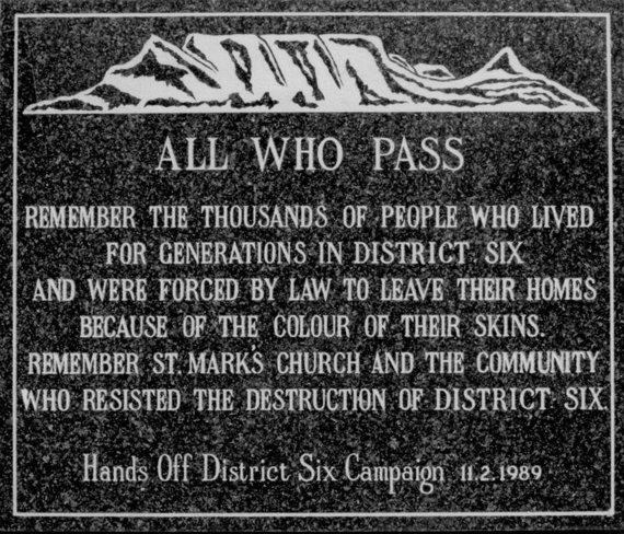 """Memorialinė  lenta, primenanti apie """"Šeštajame rajone"""" PAR vyriausybės vykdytą apartheidą/ Šv. Morkaus bažnyčia Keiptaune"""