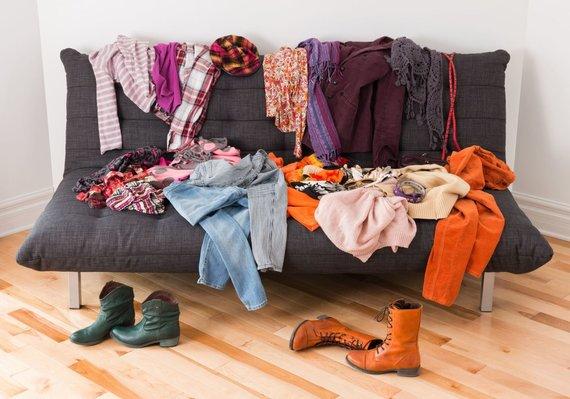 Kai trūksta vietos drabužinėje, rūbai nukloja baldus ir grindis/ 123rf nuotr.