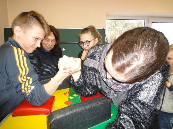 """Asmeninio albumo nuotr./Rankų lenkimo varžybos Kuršėnų neįgaliųjų sporto klube """"Atgaiva"""""""