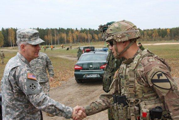 kpt. Ainaro Jonaičio nuotr./JAV Sausumos pajėgų Europoje vadas Donaldas  M. Campbellas aplankė Lietuvos ir JAV karius