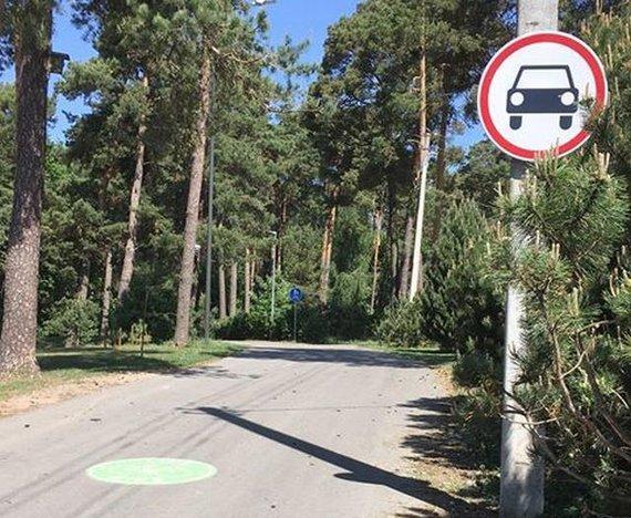 """Evos nuotr./""""CityBee"""" priklausantis """"Volkswagen"""" važinėjo Panemunės šilo pėsčiųjų takais"""