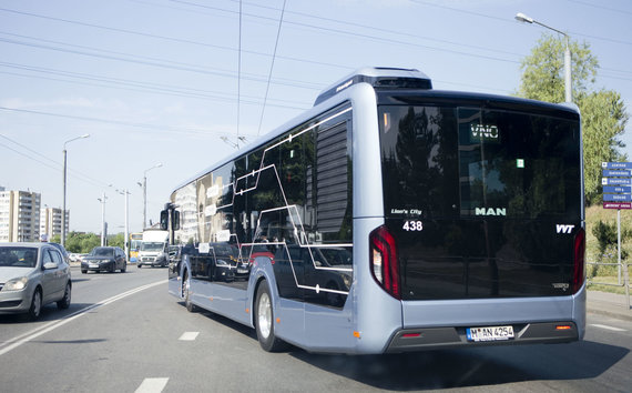 """Valdo Kopūsto / 15min nuotr./Vilniuje pristatytas testuojamas """"MAN Lion's City"""" hibridinis autobusas"""