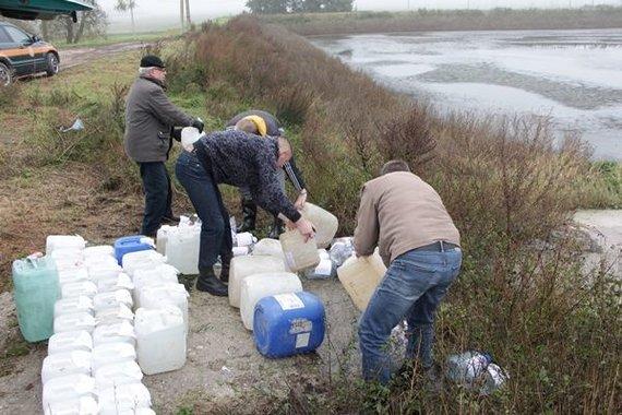 Luko Pilecko nuotr./Jurbarko rajono Dainių kaime pareigūnai išpylė beveik toną svaigalų, daugiausia – naminės degtinės.