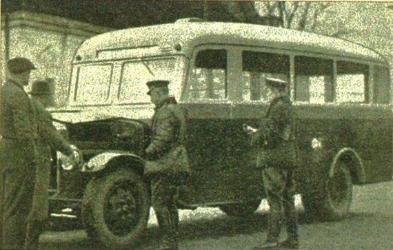 """Nuotr. iš knygos """"Lietuvos kelių policijai 80""""/Autobuso techninės būklės tikrinimas"""