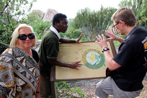 """Kelionių organizatoriaus """"GRŪDA"""" nuotr./Straipsnio autoriai su vietiniu gidu Serengečio nacionaliniame parke"""
