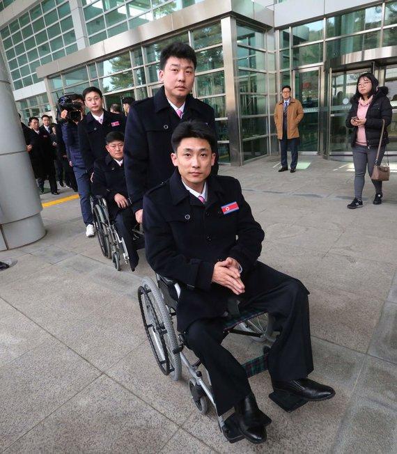 """AFP/""""Scanpix"""" nuotr./Šiaurės Korėjos sportininkai atvyko į Pjongčango parolimpiadą"""
