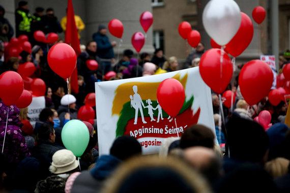 Vidmanto Balkūno / 15min nuotr./Vilniaus Nepriklausomybės aikštėje susidūrė dviejų skirtingų mitingų dalyviai.