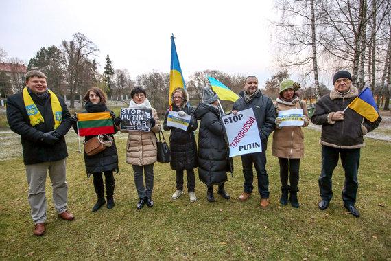 Vidmanto Balkūno / 15min nuotr./Mitingas prie Rusijos ambasados dėl įvykio Kerčės sąsiauryje