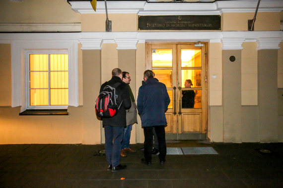Vidmanto Balkūno / 15min nuotr./Streikuojantys mokytojai toliau lieka ministerijoje, į vidų ekonomistai nepateko