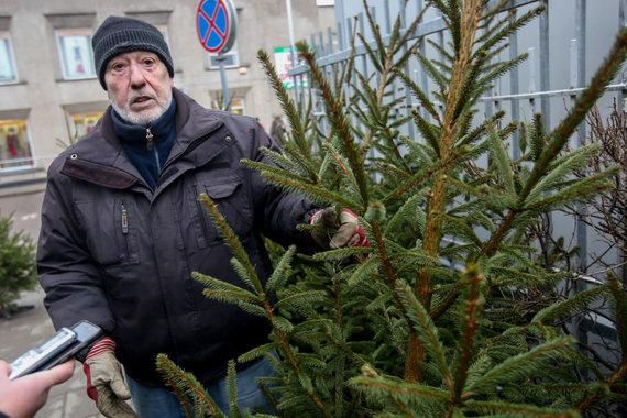 Vidmanto Balkūno / 15min nuotr./Prekyba kalėdinėmis eglutėmis Kalvarijų turguje