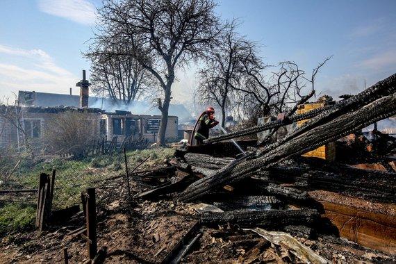 Vidmanto Balkūno / 15min nuotr./Šalčininkų rajone, Krakūnų kaime kilęs gaisras sunaikino apie 20 pastatų