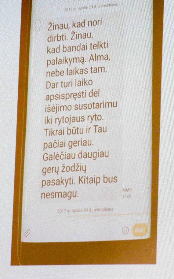 Vidmanto Balkūno / 15min nuotr./A.Vaitkunskienė vėl pademonstravo mero žinutę.