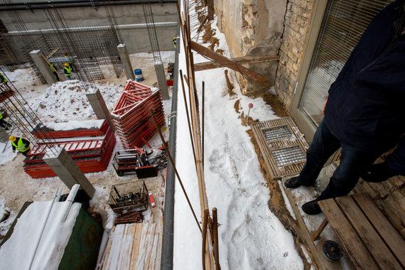 Vidmanto Balkūno / 15min nuotr./Dainavos gatvės gyventojų namų sienos skilinėja nuo šalia vykstančių statybų