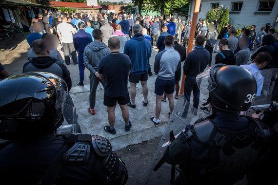 Vidmanto Balkūno / 15min nuotr./Kalėjimų departamento pareigūnai atlieka kratą Pravieniškių pataisos namuose