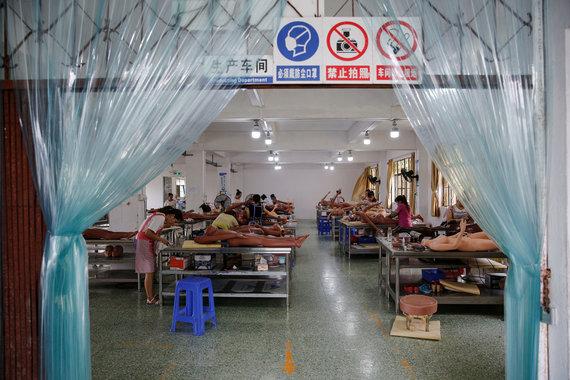 """""""Reuters""""/""""Scanpix"""" nuotr./Gamykloje: Kinijos gamintojas integruoja dirbtinį intelektą į sekso lėles"""