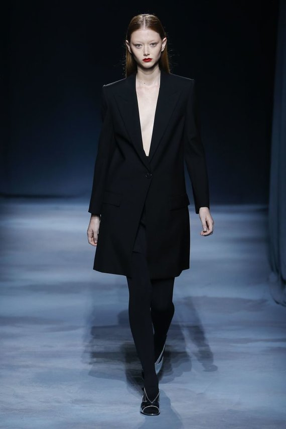 """""""Scanpix""""/""""SIPA"""" nuotr./""""Givenchy"""" 2019 m. pavasario ir vasaros kolekcijos modelis"""