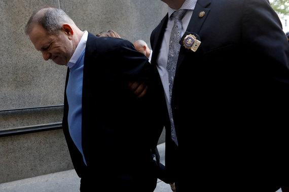 """""""Reuters""""/""""Scanpix"""" nuotr./Kino prodiuseris Harvey Weinstein atvyksta į teismą Manhatane, Niujorke"""